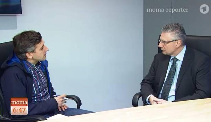 Gemeindeammann Andreas Glarner im Gespräch mit Reporter Matthias Ebert.