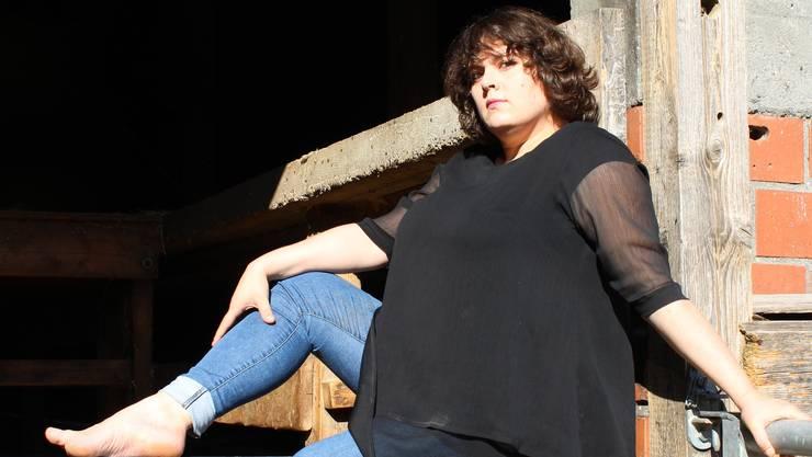 Patti Basler wuchs in Zeihen auf einem Bauernhof auf. Heute lebt sie in der Region Baden, direkt an der Limmat.