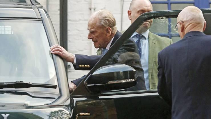 Prinz Philip, als er  am 24. Dezember das Spital in London verlässt.