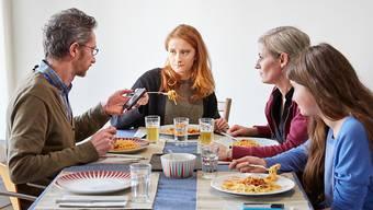 In Zeiten von Corona nicht ganz ungefährlich: Die traditionelle Mahlzeit am Familientisch. (Symbolbild)