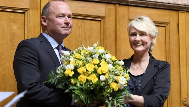 Isabelle Moret reicht die Blumen an ihren Nachfolger weiter: Nun ist ein Jahr lang der Berner Andreas Aebi höchster Schweizer.