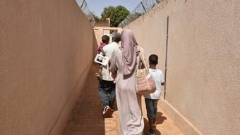 Aus Libyen evakuierte Flüchtlinge verlassen ein Büro des UNO-Flüchtlingshilfswerk UNHCR in Niamey. 80 von ihnen dürfen in die Schweiz reisen.