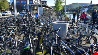 Der Stadtrat möchte mit seinem Beschluss verhindern, dass der öffentliche Grund mit Fahrrädern vollgestellt wird. Das Parlament sieht in der Nutzungsgebühr jedoch eine Gefahr für die Jungunternehmer sowie das Image der Stadt.