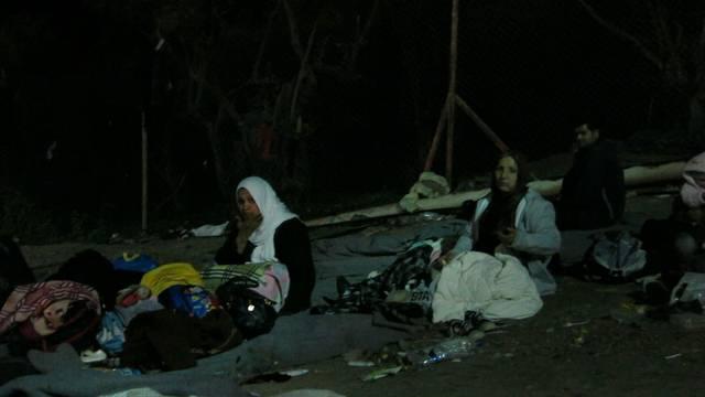 In Camp Moira verbringen die Flüchtlinge die Nächte unter freiem Himmel.
