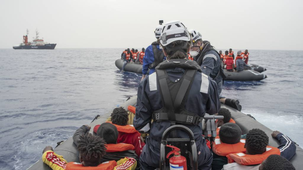 HANDOUT - Die Hilfsorganisation Sea-Watch bringt bei einem Rettungseinsatz im zentralen Mittelmeer Migranten in Sicherheit. Foto: Fabian Melber / Sea-Watch.Org/Sea-Watch.Org/dpa - ACHTUNG: Nur zur redaktionellen Verwendung im Zusammenhang mit der aktuellen Berichterstattung und nur mit vollständiger Nennung des vorstehenden Credits