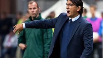 Kroatiens Trainer Zlatko Dalic versucht in Baku vergeblich korrigierend einzugreifen