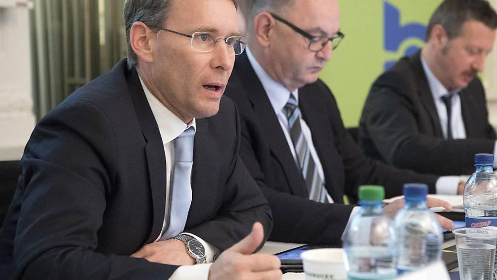 """Die BLS-Spitze - Konzernchef Bernard Guillelmon (links) und Präsident Rudolf Stämpfli (Mitte) - wehrt sich gegen Vorwürfe, sie suche ein """"Kräftemessen"""" mit der SBB."""