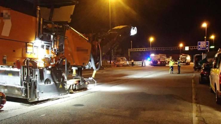 Ein 70-jähriger Bauarbeiter ist auf der Autobahn A1 im Aargau von einem Lastwagen erfasst und tödlich verletzt worden.