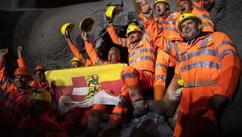 Es ist vollbracht: Mineure mit der Fahne des österreichischen Bundeslandes Kärnten feiern den Durchstich des neuen sechs Kilometer langen Albulatunnels der Rhätischen Bahn ins Engadin.