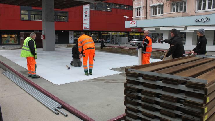 Aufbau der Schlittschuhbahn unter dem Stadtdach.