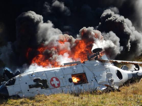 Ein Super Puma der Luftwaffe stürzt auf dem Gotthardpass ab, nachdem er in ein Kabel flog, und gerät in Brand.