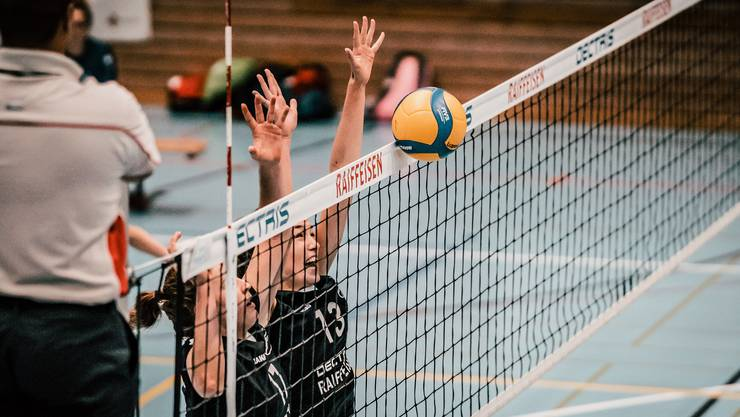 Die aufgestiegenen Volleyballerinnen des VBC Kanti Baden schaffen die Sensation nicht und müssen nach Rang 5 in der Qualifikation in die Playouts (Foto by Nightwalks & Daydreams Photography).