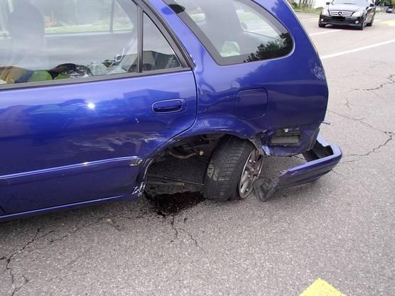 Die hintere linke Fahrseite des Toyotas ist schwer beschädigt.