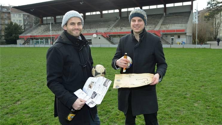 Die Vorstandsmitglieder Thilo Mangold (links) und Claudio Miozzari, ausgerüstet mit Bier, Ball und Schatzkarte.