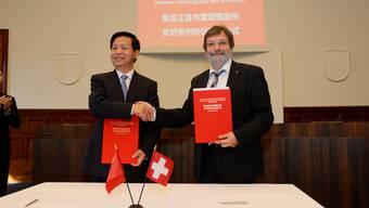 Wang Xiankui und Roland Heim bei der Unterzeichnung des Freundschaftsvertrag. (Archiv)