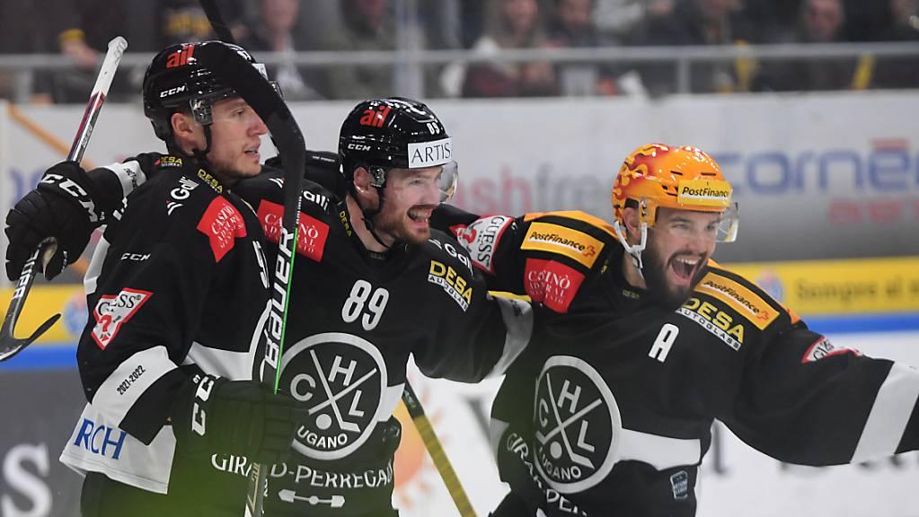 Die Luganesi bejubeln den Siegtreffer von Mikkel Boedker (Nummer 89).