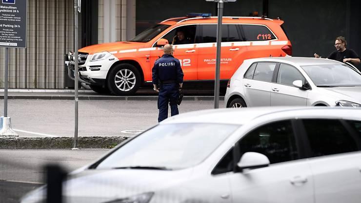 Einsatzkräfte der Polizei und der Feuerwehr stehen vor dem Staatstheater von Helsinki. Im Staatstheater von Helsinki ist es zu einer Explosion gekommen. Foto: Emmi Korhonen/Lehtikuva/dpa