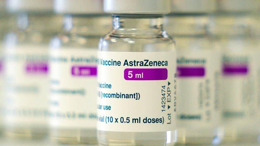 ARCHIV - Auf einem Tisch in einer Hausarztpraxis stehen Ampullen mit dem Covid-19 Impfstoff des schwedisch-britischen Pharmakonzerns AstraZeneca. (zu dpa «Nach erneuter Einschränkung: Astrazeneca betont Nutzen des Impfstoffs») Foto: Nicolas Armer/dpa