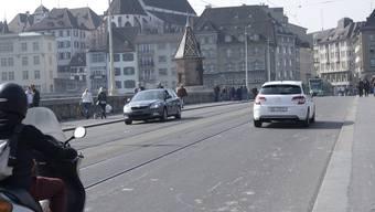Noch fahren Autos und Motorräder über die Mittlere Brücke. Doch diese Zeit wird bald vorbei sein. (Archivbild)