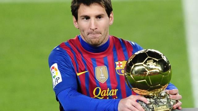 """Vor der Partie präsentierte Lionel Messi den """"Ballon d'Or""""."""