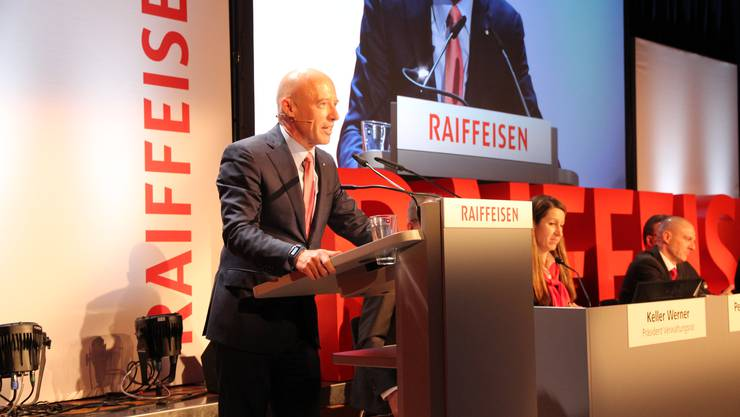 Patrik Gisel, Vorsitzender der Geschäftsleitung von Raiffeisen Schweiz, sprach auch zu den über 1600 anwesenden Mitgliedern. Die GV fand zeitgleich in den beiden Turnhallen von Oberrohrdorf und Niederrohrdorf statt. Übertragen wurde sie via Live-Satellitenverbindung.