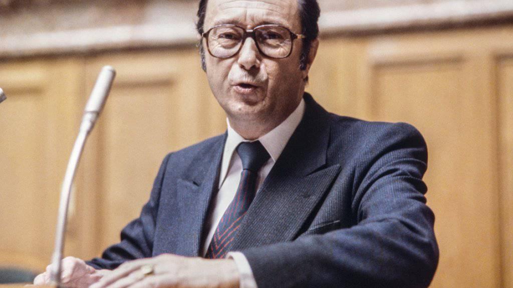 Bundesrat Pierre Aubert im Jahr 1981 am Rednerpult im Bundeshaus in Bern.