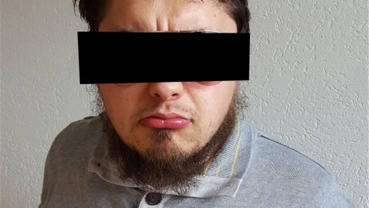 Auf Facebook macht der Baselbieter Islamist, wohl absichtlich, einen ziemlich grimmigen Eindruck.