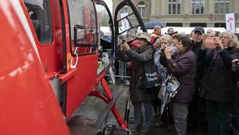Der neue Rega-Helikopter auf dem Bundeplatz lockte am Freitag trotz regnerischem Wetter viele Neugierige an.