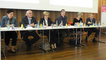 Auf dem Podium in Reinach diskutierten (v.l.): Daniela Schneeberger, Klaus Endress, Beatrice Van der Haegen, Moderator Matthias Zehnder, Susanne Leutenegger Oberholzer sowie Beat Jans.