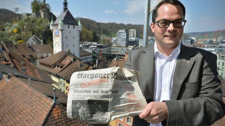 Stadtrat Roger Huber zeigt ein aargauer Volksblatt aus dem jahre 1969