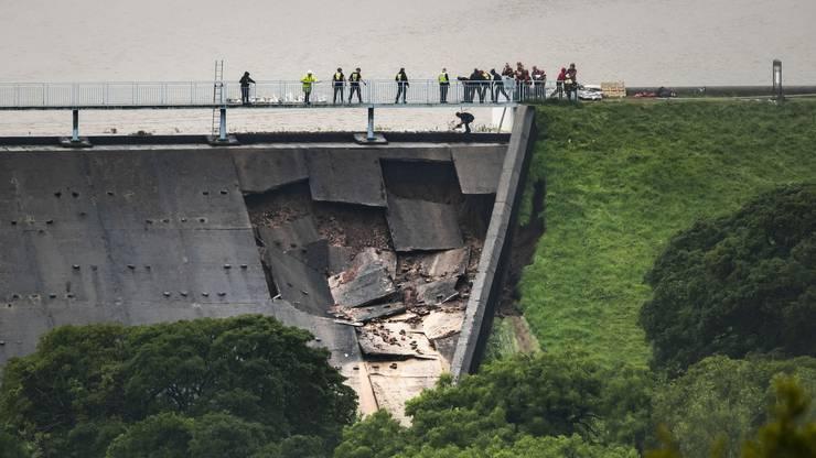 Dieser soll 400 Tonnen Material zum Umleiten des Wasserzuflusses beim bedrohten Städtchen Whaley Bridge einfliegen.