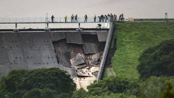 Wegen tagelangen schweren Regens droht in England ein Damm zu brechen