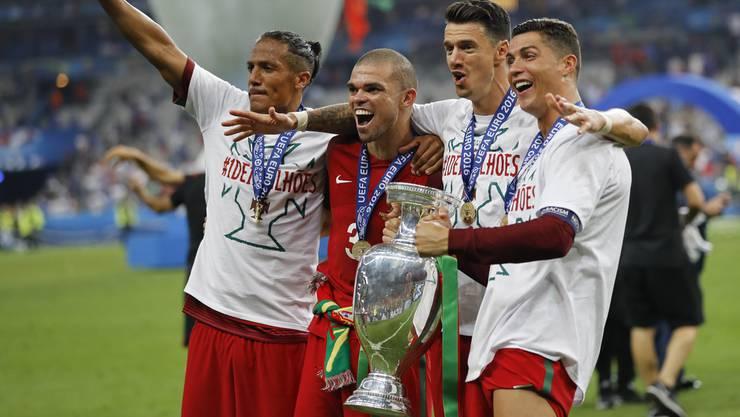 Cristiano Ronaldo (r.) und seine Teamkollegen wurden vor zwei Jahren Europameister und gehören nun zum Kreis der WM-Favoriten.