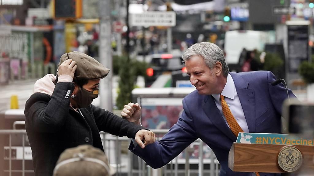 dpatopbilder - ARCHIV - Der Schauspieler Lin-Manuel Miranda (l) und Bill de Blasio, Bürgermeister von New York, stoßen auf dem Times Square die Ellbogen aneinander. Foto: Richard Drew/AP/dpa