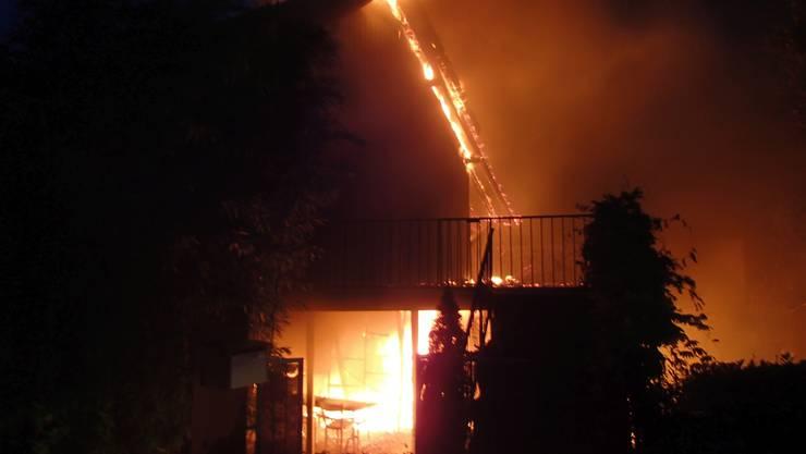 Die Flammen breiteten sich über die Fassade in den Dachstock aus.