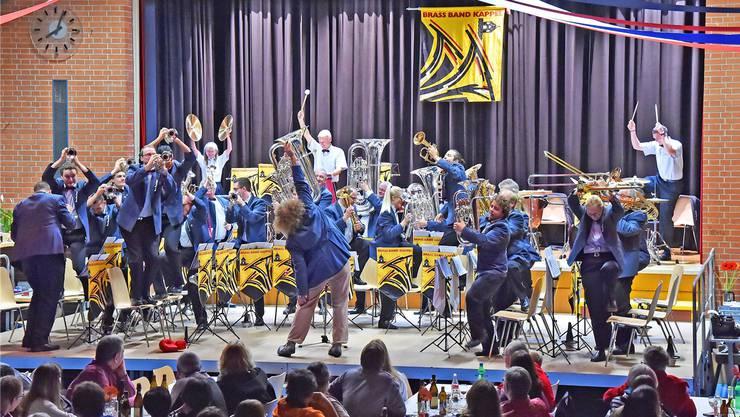 Der Clown Jeanloup leitete die Brass Band Kappel zu Beginn des Konzerts gleich selbst. Dies anstelle des offiziellen Dirigenten Oliver Waldmann.