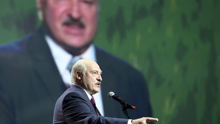 Alexander Lukaschenko (M), Präsident von Belarus, gestikuliert bei einer Rede. Foto: Uncredited/TUT.by/AP/dpa
