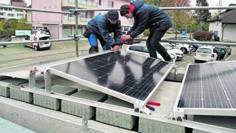 Eine Pflicht zu Eigenstromproduktion für Neubauten gibt es jetzt nicht. Im Bild installieren Schüler in Windisch auf einem Velounterstand eine Solaranlage.