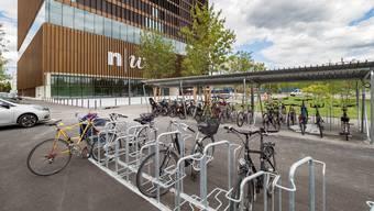 Veloabstellplätze sind vor der neuen Fachhochschule in Muttenz bereits vorhanden. Doch wie die Velofahrer sicher zur Schule kommen, ist noch unklar.