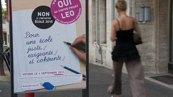 """Plakat der Gegner des traditionellen Schulgesetzes, die wie die Mehrheit das Projekt """"Leo"""" befürworteten"""