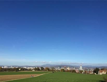 Vom Bruderholz aus gesehen, durchstösst der Turm den Horizont.