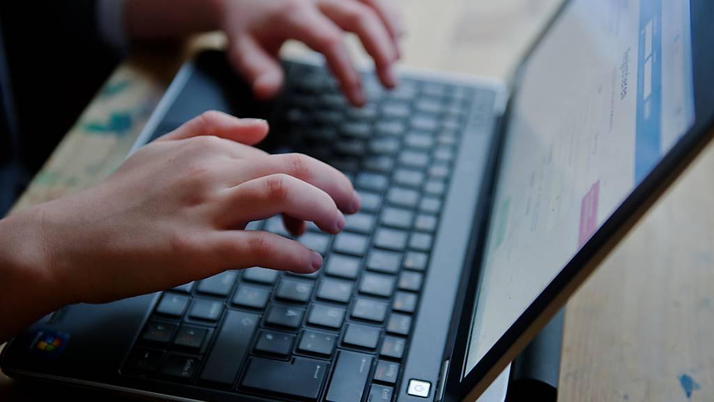 ARCHIV - Kinder sind im Internet oft ohne Schutz vor Kostenfallen und weiteren Gefahren unterwegs. Foto: picture alliance / Nicolas Armer/dpa