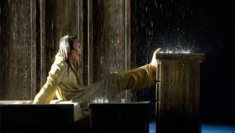 Es regnet in Ödipus' Schlafzimmer und seine Frau Iokaste (Barbara Horvath) trotzt vergeblich den Elementen.