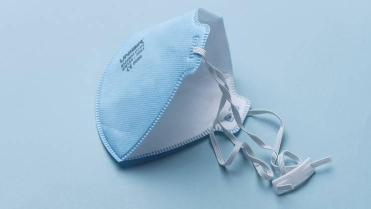 Eine Atemschutzmaske von vielen: Ein Drittel der Importsendungen im Frühsommer mussten Zoll und Swissmedic beanstanden. (Symbolbild)