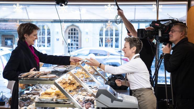 Aufzeichnung der Neujahrsansprache: Bundespraesidentin Simonetta Sommaruga kauft bei Cornelia Roth, Geschäftsführerin des Bäckereiladens Obstberg Beck in Bern, ein.