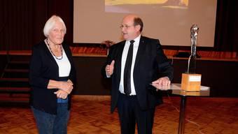 Gemeindepräsident Peter Hodel hält die Laudatio auf Verena Widmer-Hersperger