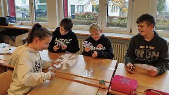 Nina, Marc, Timon und Lian (von links) aus der Klasse 6a der Schule Sarmenstorf basteln für die Aktion «Licht ins Dunkel».