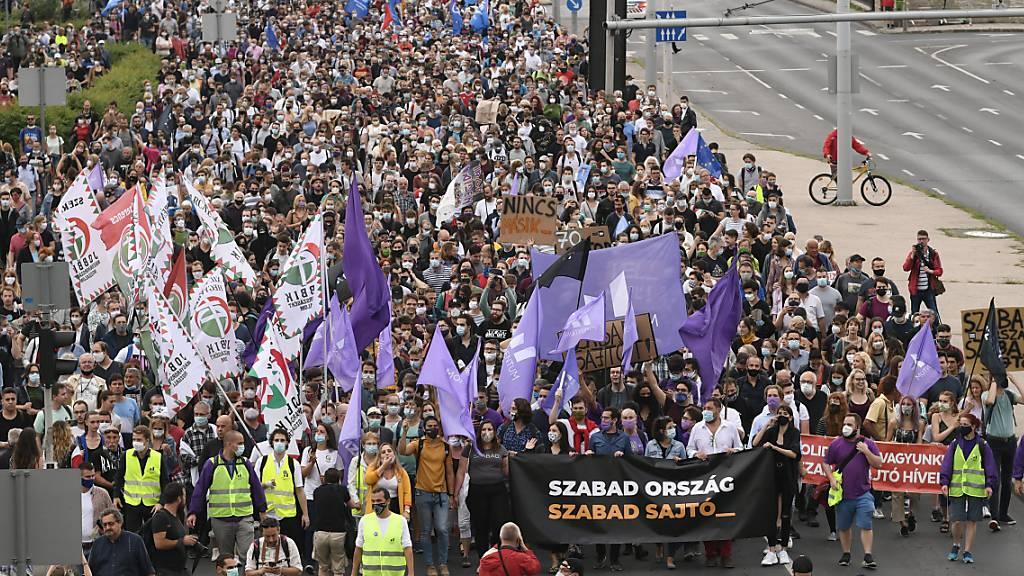 Tausende demonstrieren in Budapest für Medienfreiheit