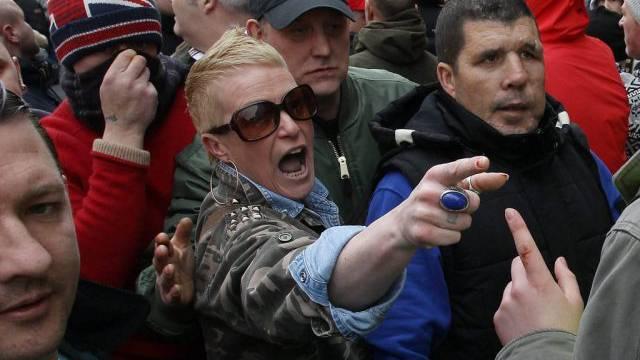 Eine Pegida-Anhängerin beschimpft in Newcastle Polizisten