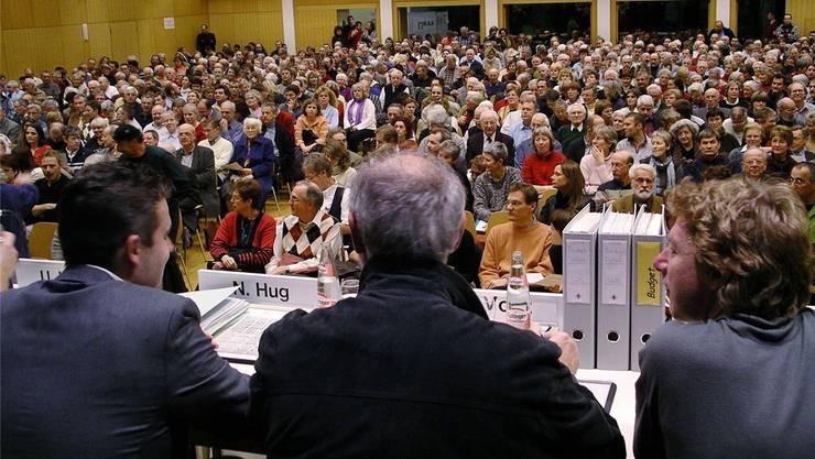 Geht es nach einer Birsfelder Ortspartei, so wird zukünftig ein Gemeindeversammlungspräsident die Versammlungen leiten. Im Baselbiet ist dies jedoch nur in Laufen der Fall, als Erbe der früheren Zugehörigkeit zum Kanton Bern (Foto: Gemeindeversammlung in Münchenstein).bz-Archiv